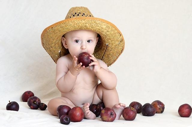 Фото ребенка в шляпе и со сливами