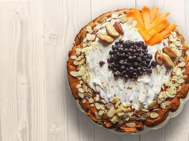 Красивая шарлотка с арахисом и миндалем