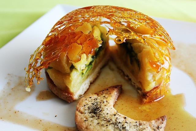 Сочный бисквитный пирог с яблоками