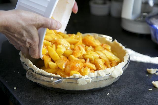 Заполнение пирога яблочной начинкой