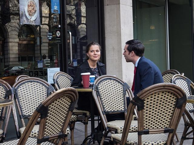 Парень беседует с девушкой в кафе