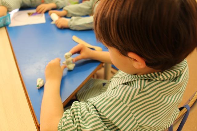Ребенок лепит поделки из соленого теста