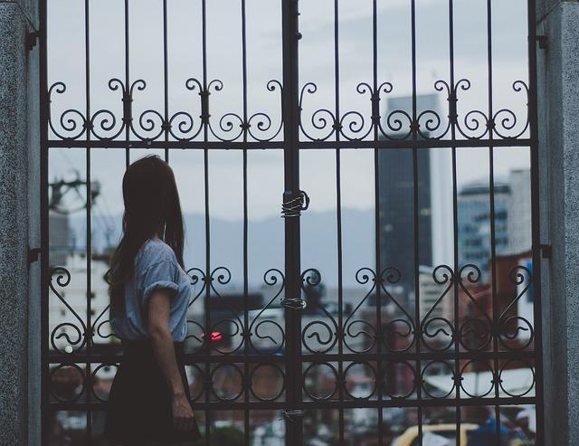 Девушка смотрит на город