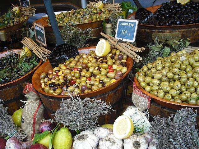 Фото прилавка с оливками и маслинами