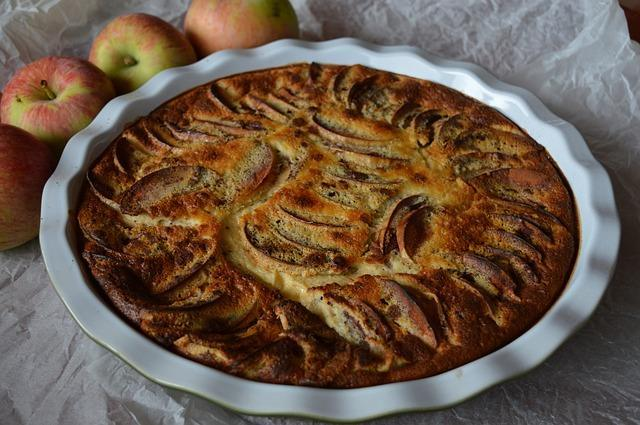 Яблочный пирог на тарелке