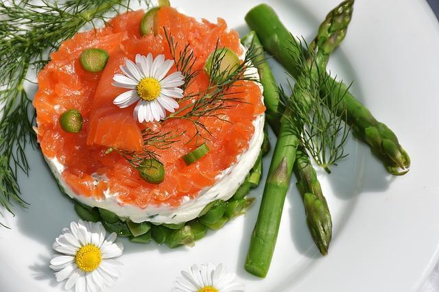 Красивая сервировка блюда из красной рыбы