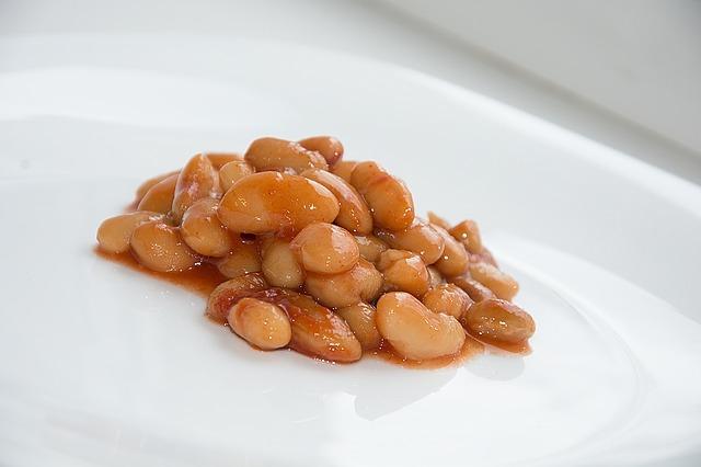Фасоль в томатном соусе на тарелке