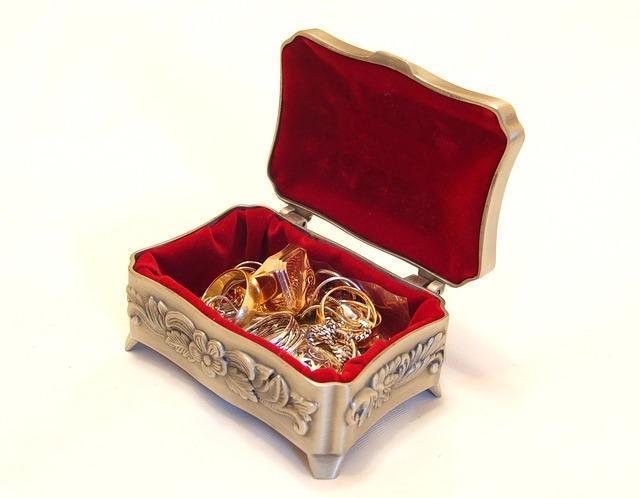 Шкатулка с золотыми украшениями