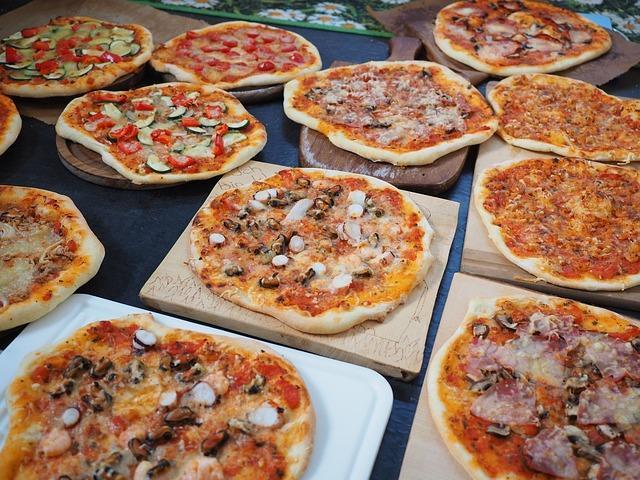 Различные виды пиццы на столе