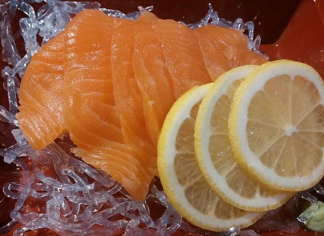 Кусочки красной рыбы с лимоном