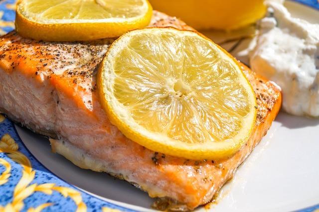 Печеная красная рыба с лимоном