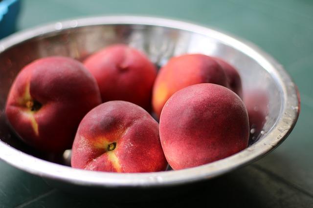 Готовые для консервации персики