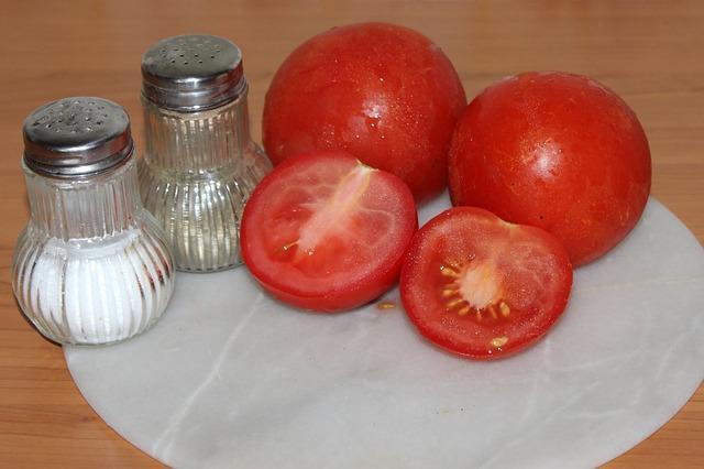 Вкусные помидоры с солью