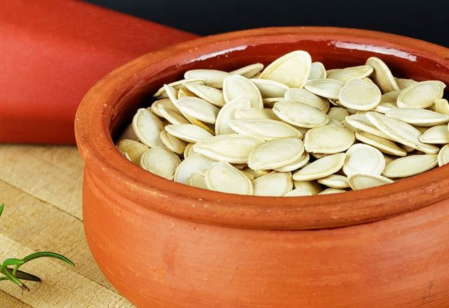 Фото семечек в глиняной миске