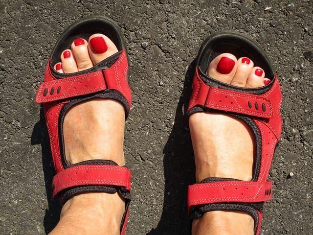 Ноги с красным педикюром
