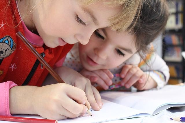 Дети рисуют по клеточкам