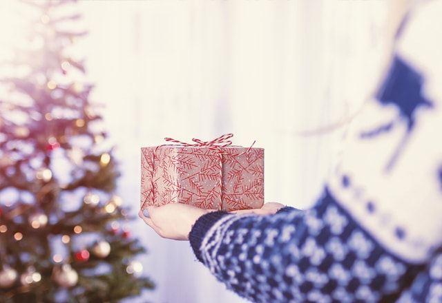 Женщина дарит подарок